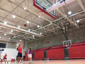 Jugadora de baloncesto tirando desde posición central